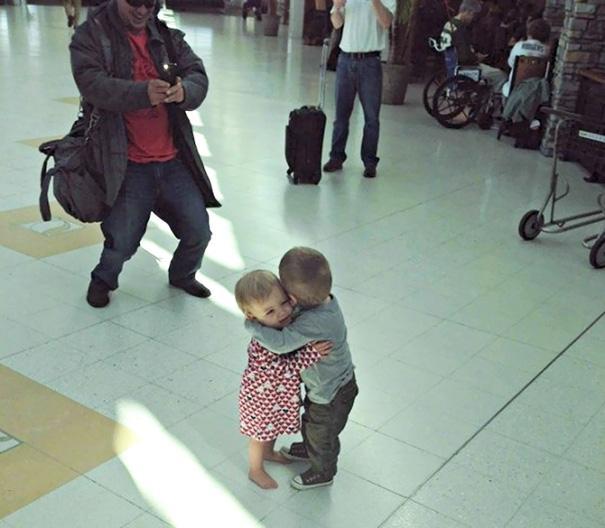 birbirini tanımayan çocukların sarılması